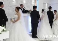 """신혼부부 57% """"집 없어""""…절반 맞벌이에 출산 미루고 '별거'"""