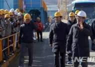 대우조선해양 직원들과 인사하는 문 대통령