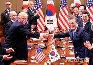 """문 대통령, 트럼프와 전화회담…""""북한 인권 개선 위해 함께 노력 다짐"""""""