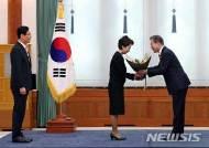 이백순 주호주대사 배우자 전지윤씨에게 꽃다발 전달