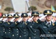 문 대통령에게 경례하는 육사 졸업생들