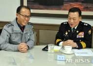 장종근 상주경찰서장과 대화하는 김상운 경북경찰청장