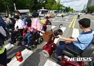 최저임금도 못받는 장애인활동보조인…급여산정 정적성 논란