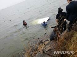 [종합] 경찰, 여성 6명 탄 차량 저수지 추락, 전원 구조