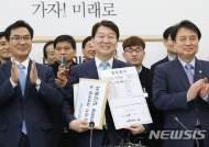 안철수, 한국당에 연일 날세우기…한국당 출신인사들 영입도