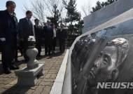 제2연평해전 희생자 부조 살펴보는 홍준표 대표