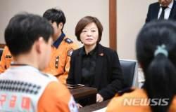 순직 소방공무원 동료 위로하는 진선미 의원