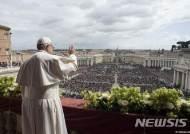 부활절 축하 신도들에 손 흔드는 교황