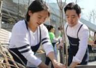미세먼지 저감을 위해 철쭉 심는 김형수 트리플래닛 대표