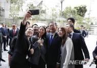 주일한국대사관 관계자들과 사진 찍는 문 대통령