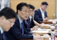 일자리 안정자금 담당자들과 간담회하는 장하성 청와대 정책실장