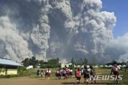 인도네시아 자바섬 므라피 화산 폭발...연기기둥 5500m 치솟아