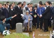 윤상원 열사 묘역 찾은 이낙연 총리
