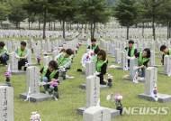 LIG넥스원, '현충원 자매결연 묘역정화' 봉사활동 실시