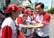 선거운동원 격려하는 김성태 원내대표
