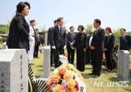 천안함 전사자 유족과 대화하는 문재인 대통령