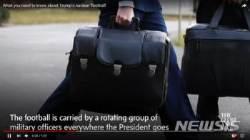 트럼프 핵가방 수행원, 군복 아닌 양복 입어…北 배려한 듯