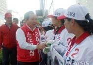 천안서 선거운동원과 인사하는 이인제 충남지사 후보