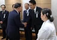 인사하는 정홍원 전 국무총리
