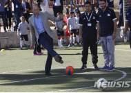 팔레스타인 학교서 축구하는 윌리엄 왕세손