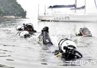 해상 잠수훈련 받는 해군사관생도