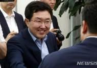 의원들과 인사하는 김용태 사무총장