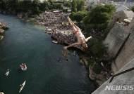 보스니아 모스타르의 고공다이빙 대회