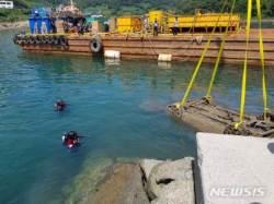 통영해경, 달아방파제 앞 바다에서 승용차·40대 시신 인양