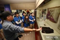 해군사관학교 박물관 견학하는 해양영토 대장정 대원들