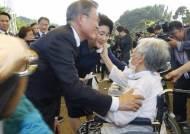 위안부 피해자 할머니들과 인사하는 문 대통령 내외