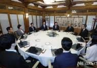이산가족 상봉 행사 관계자들 격려하는 이 총리