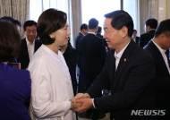 인사하는 김상곤 사회부총리와 유은혜 후보자