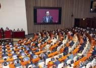 """자유한국당 의원들 바라보는 이해찬, """"내년 3·1운동 100주년·건국 100주년"""""""