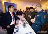 항공우주무기체계 전시회 찾은 각국 군 관계자들