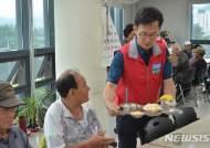 어르신 급식 봉사하는 김만수 밀양서장