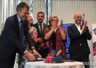 유럽영화페스티벌 30주년 축하케잌 자르는 유럽연합대사