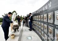 천안함 위령탑 참배하는 박남춘 인천시장