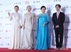 부산국제영화제 레드카펫 밟는 김희애-예수정-김혜숙-민규동 감독