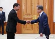 주한 카자흐스탄대사와 악수하는 문 대통령