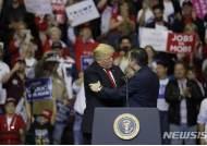 """트럼프, '정적' 테드 크루즈 유세 지원…""""달콤한 복수"""" CNN"""