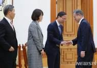 김기영 신임 헌법재판관과 인사하는 문 대통령