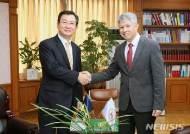 기념촬영하는 한-키르기스스단 헌재 사무처장