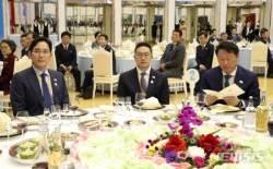 """방북 5대 기업, 美 대사관 """"콘퍼런스콜 준비"""" 전화에 당혹"""