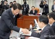 야당 의원들에게 인사하는 임종석 대통령비서실장