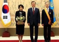 강일원 전 헌법재판관과 기념촬영하는 문 대통령