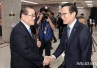 악수하는 홍영표 원내대표와 이종찬 전 의원