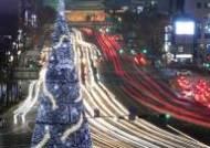 서울광장에 불 밝힌 대형 성탄 트리