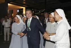 파푸아뉴기니 교민과 인사하는 문재인 대통령