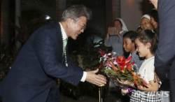 꽃다발 받는 문재인 대통령