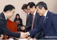 국방부장관, 법무부장관과 인사 나누는 채이배 의원